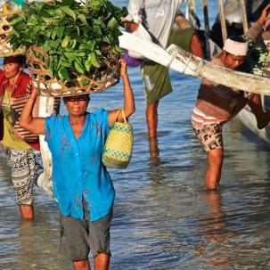 People arriving at Lembongan